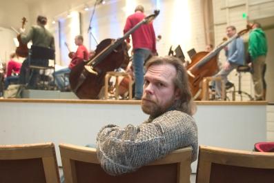 2926272 / 20050309 / Kuvaaja: Riitta Salmi / Toimittaja: Matti Lehtonen / Aihe: Säveltäjä Pertti Jalavan haastattelu / Paikka: Konserttitalo / Huomautukset: